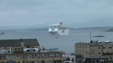 Oslo-cruise-ship-approaches
