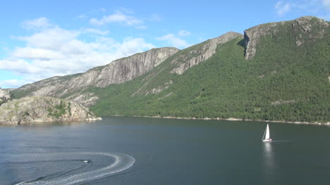 Norway-Lysefjord-boats-and-wakes-s