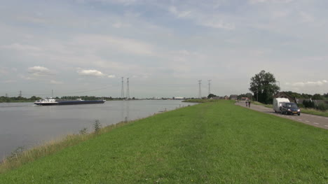 Netherlands-green-shoulder-between-canal-and-road-3