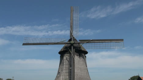 Netherlands-Kinderdijk-blade-lattice-and-hub-zoom-out-to-windmill-16