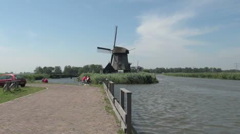 Molino-De-Viento-Y-Rieles-De-Kinderdijk-De-Holanda-Por-Path-Zoom-15