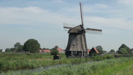 Netherlands-Kinderdijk-windmill-and-red-roofed-houses-13