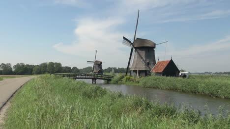 Holanda-Kinderdijk-Dos-Molinos-De-Viento-Y-Casa-Roja-12