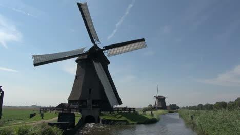 Holanda-Molino-De-Viento-Kinderdijk-Girando-Por-Encima-De-La-Salida-Hacia-El-Canal-10
