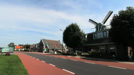 Países-Bajos-Una-Carretera-Pasa-Por-Un-Molino-De-Viento-En-Alkmaar