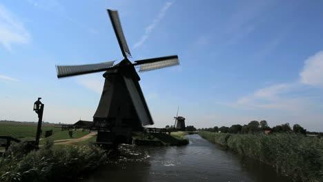Holanda-Molino-De-Viento-Kinderdijk-Girando-En-El-Lado-Del-Canal-9