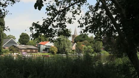 Holanda-Canal-A-Través-De-La-Torre-De-La-Iglesia-Y-El-Pueblo
