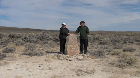 Wyoming-South-Pass-monument-rock-couple-in-wind