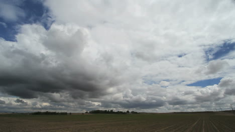 Clouds-moving-over-a-flat-plain