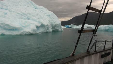Groenlandia-Un-Barco-En-Un-Fiordo-De-Hielo-Pasa-Icebergs
