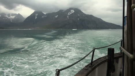 Greenland-ice-fjord-wake-and-boat-s52