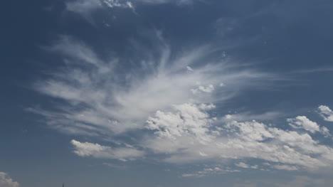 Dos-Tipos-De-Nubes-En-Un-Cielo-Azul