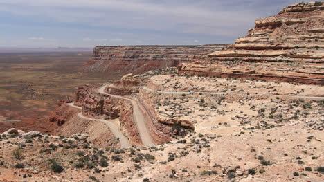 Utah-winding-road-up-Cedar-Mesa