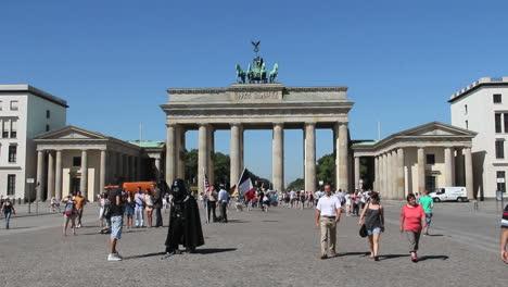Berlin-Brandenburger-Tor-w-street-performer-Darth-Vader