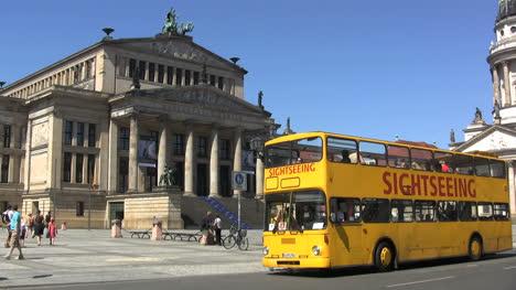 Berlin-Gendarmenmarkt-Konzerthaus-w-tour-bus