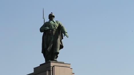 Berlin-Tiergarten-WWII-Memorial-soldier-statue