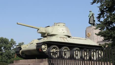 Germany-Berlin-Tiergarten-old-tank-at-WWII-Memorial