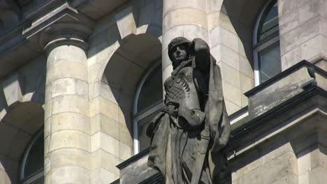 Berlin-Reichstag-statue-woman-warrior