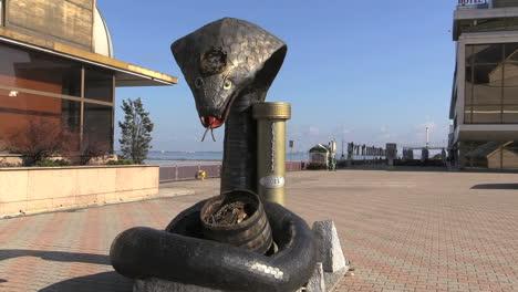 Ukraine-Odessa-pier-snake-statue-cx