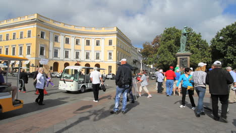 Ukraine-11-Odessa-crowd-at-Duc-de-Richelieu-statue-c