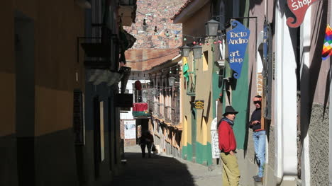 La-Paz-back-street-couple-talking-c