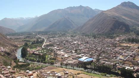 Perú-Ciudad-Del-Valle-Sagrado-A-Lo-Largo-Del-Río-Y-Laderas-Empinadas