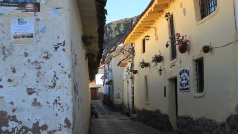 Cusco-street-with-flowers-on-building-c