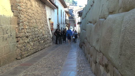 Cusco-Street-Mit-Inka-Mauerwerk-S