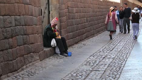 Cusco-Straße-Mit-Menschen-Von-Inka-Steinen-C