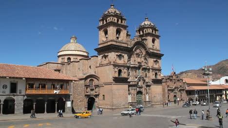 Cusco-plaza-and-La-Compania-church