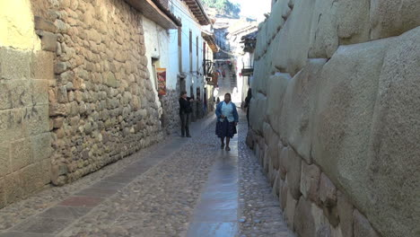 Cusco-street-with-Inca-stones