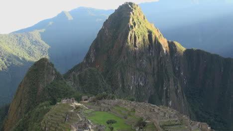 Machu-Picchu-sun-lights-Huayna-Picchu-timelapse
