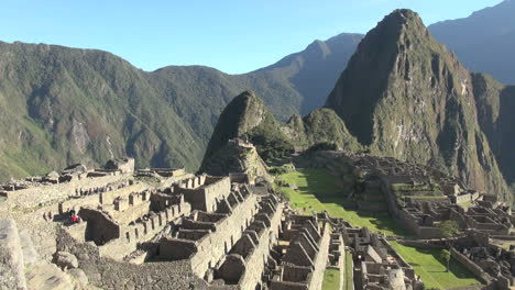 Machu-Picchu-&-Huayna-Picchu-to-the-right-s