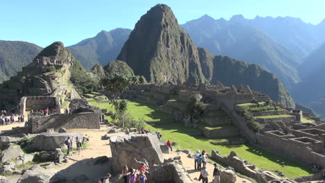 Machu-Picchu-&-Huayna-Picchu-good-view-with-tourists-s