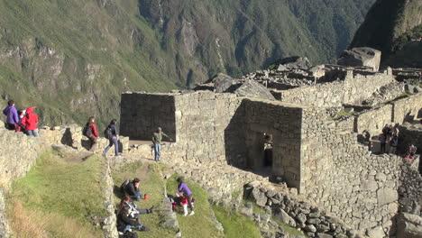 Turistas-De-Machu-Picchu-Se-Acercan-A-Una-Puerta