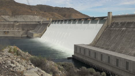 Washington-Grand-Coulee-Dam-flowing-water-and-reservoir-2