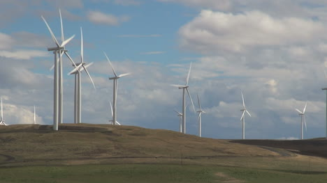 Washington-Klickitat-Valley-Wind-Farm-turning-blades-1
