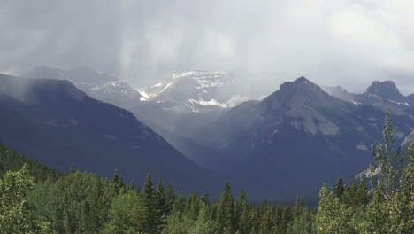 Canada-Alberta-Banff-mountains-in-mist