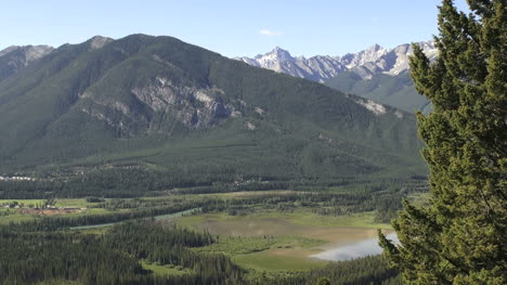 Canada-Banff-marshy-lake-cave-and-basin-s