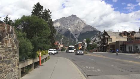 Canada-Alberta-Banff-street-scene-&-Tunnel-Mountain