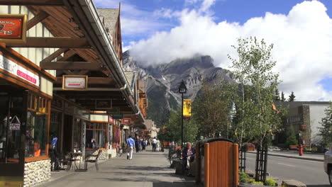 Kanada-Alberta-Banff-Straßenszene-Wolken-Auf-Dem-Berg