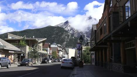 Canada-Alberta-Banff-street-scene-with-bird