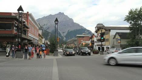 Kanada-Banff-Innenstadt-Mit-Fußgängern