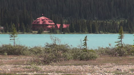 Canada-Icefields-Parkway-Num-ti-jah-Lodge-with-red-roof-at-Bow-Lake-s