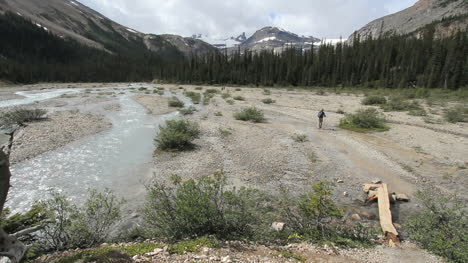 Kanada-Alberta-Banff-Bow-Falls-Wide-Stream-Bed-Und-Hiker-22