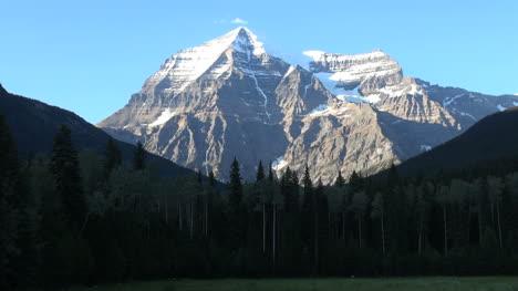 British-Columbia-Mount-Robson-peak