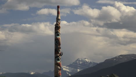 Canada-Alberta-Jasper-totem-pole-and-mountains