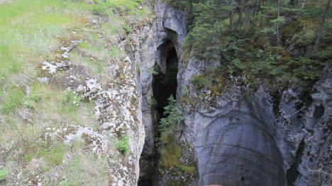 Canada-Jasper-NP-Maligne-Canyon-crack-in-crack-in-ground