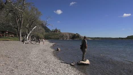 Canadá-Alberta-Waterton-Lakes-Prince-Of-Wales-Hotel-De-Pie-Sobre-Una-Roca-16