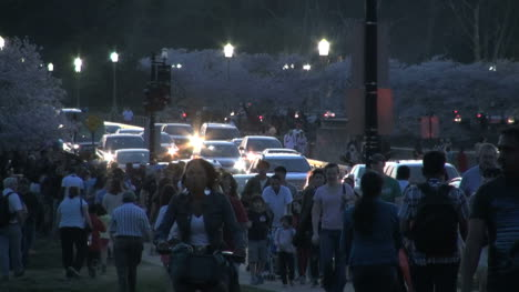 DC-traffic-in-the-evening-with-people-walking-by-road
